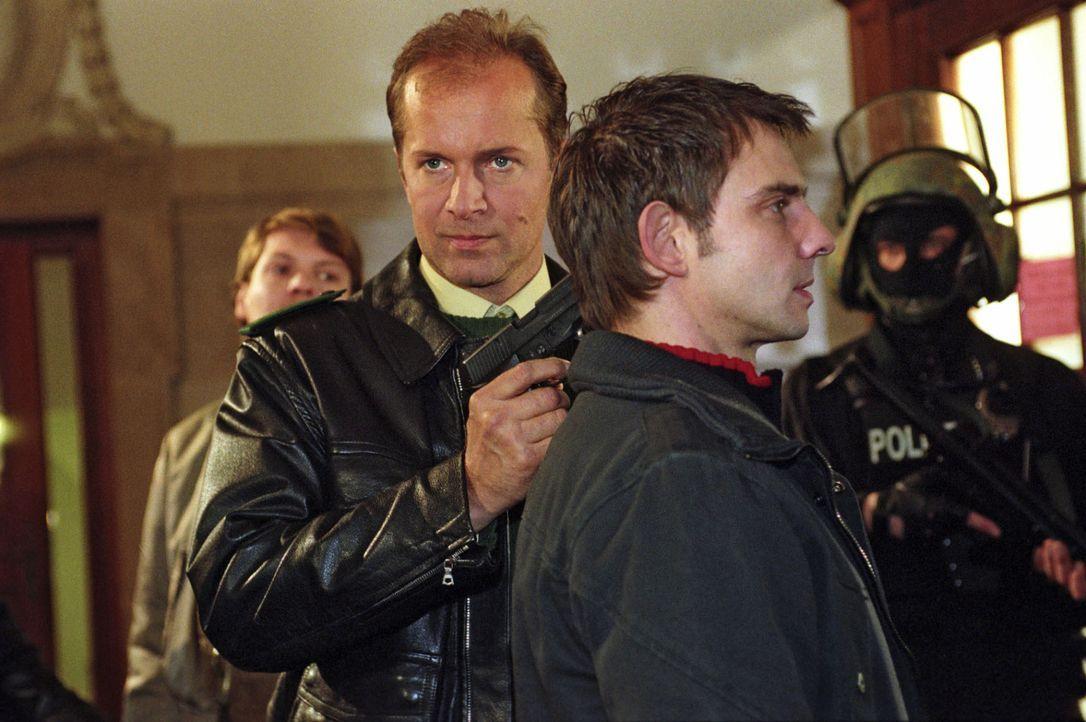 Jens Schäfer (Jochen Horst, l.) hat Tom (Steven Merting, r.) als Geisel genommen, um zu errreichen, dass sein Fall wieder aufgenommen und der wahre... - Bildquelle: Claudius Pflug Sat.1