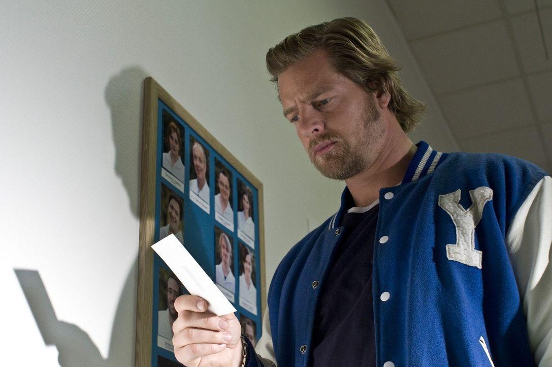 Nachdem der letzte Bulle (Henning Baum) gerade erst nach 20 Koma-Jahren das Krankenhaus verlassen konnte, ist er nicht sonderlich davon erbaut, nun... - Bildquelle: Martin Rottenkolber SAT.1