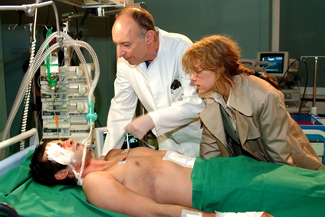 Nach Stunden des Bangens und Hoffens hält es Lisa nicht mehr aus - und schleicht sich in Davids Krankenzimmer ...  v.l.n.r.: David (Mathis Künzler),... - Bildquelle: Monika Schürle Sat.1