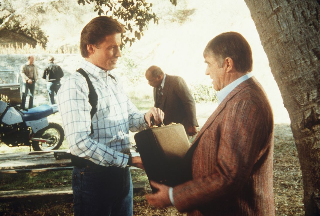 Lee (Bruce Boxleitner, l.) übergibt Marvin (Barney Martin, r.) einen Koffer mit einer Million Dollar.