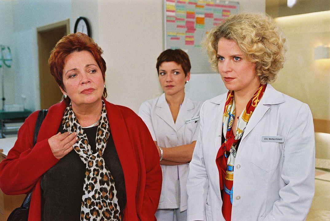 Schwester Klara (Walfriede Schmitt, l.) soll nach dem Willen von Iris Melba-Eckelt (Christiane Brammer, r.), der Clinical Nurse Managerin, die Klini... - Bildquelle: Noreen Flynn Sat.1