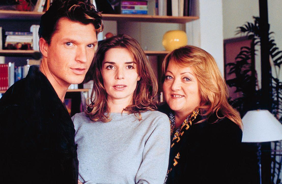 Weil Uschi (Marianne Sägebrecht, r.) glaubt, Katja (Dana Vavrova, M.) zu ihrer ersten und letzten großen Liebe verhelfen zu müssen, engagiert sie de... - Bildquelle: Klick ProSieben