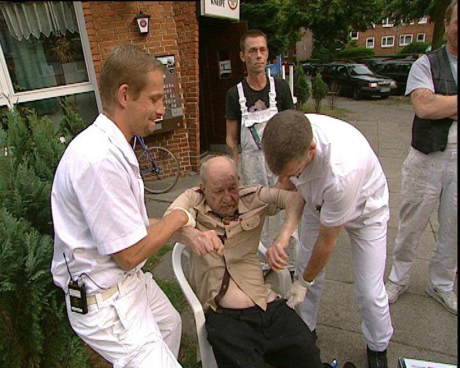 Die beiden Feuerwehrleute Böhrens (l.) und Piorek (r.) von der Einsatzzentrale Hamburg-Barmbek leisten Hilfe - nicht nur wenn es brennt, auch bei P... - Bildquelle: Sat.1