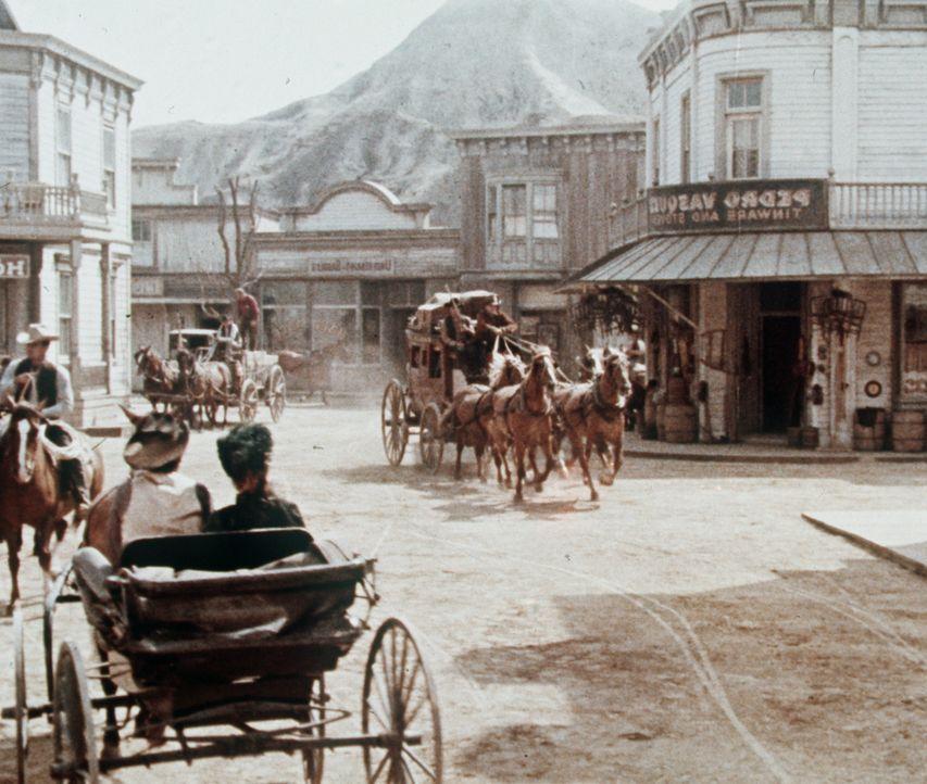 In Virginia City planen drei Silberbarone die Entführung von Little Joe Cartwright. - Bildquelle: Paramount Pictures