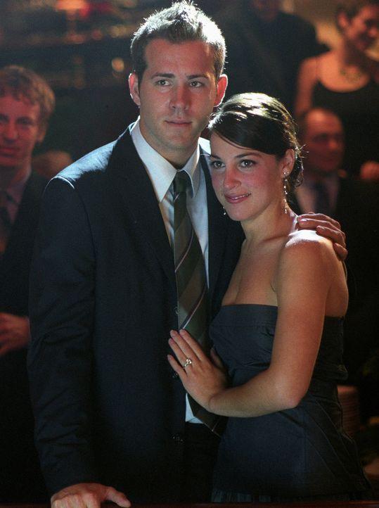 Noch ahnen Mark (Ryan Reynolds, l.) und Melissa (Lindsay Sloane, r.) nicht, was alles auf sie zu kommen wird ... - Bildquelle: Warner Bros.