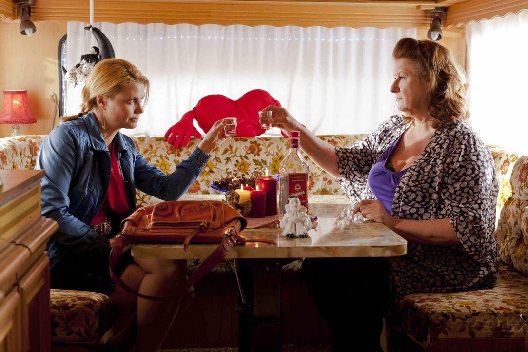 Klagen gegen die Stadt für die Rechte der Straßenprostituierten: Danni (Annette Frier, l.) und Ulla Bode (Traute Hoess, r.) ... - Bildquelle: Frank Dicks SAT.1