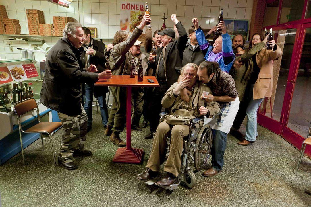 Kurt (Axel Siefer, vorne 2.v.r.) kann es nicht glauben - er hat im Lotto gewonnen. Sofort macht er sich auf den Weg zu Danni, doch da erwartet ihm S... - Bildquelle: Frank Dicks SAT.1