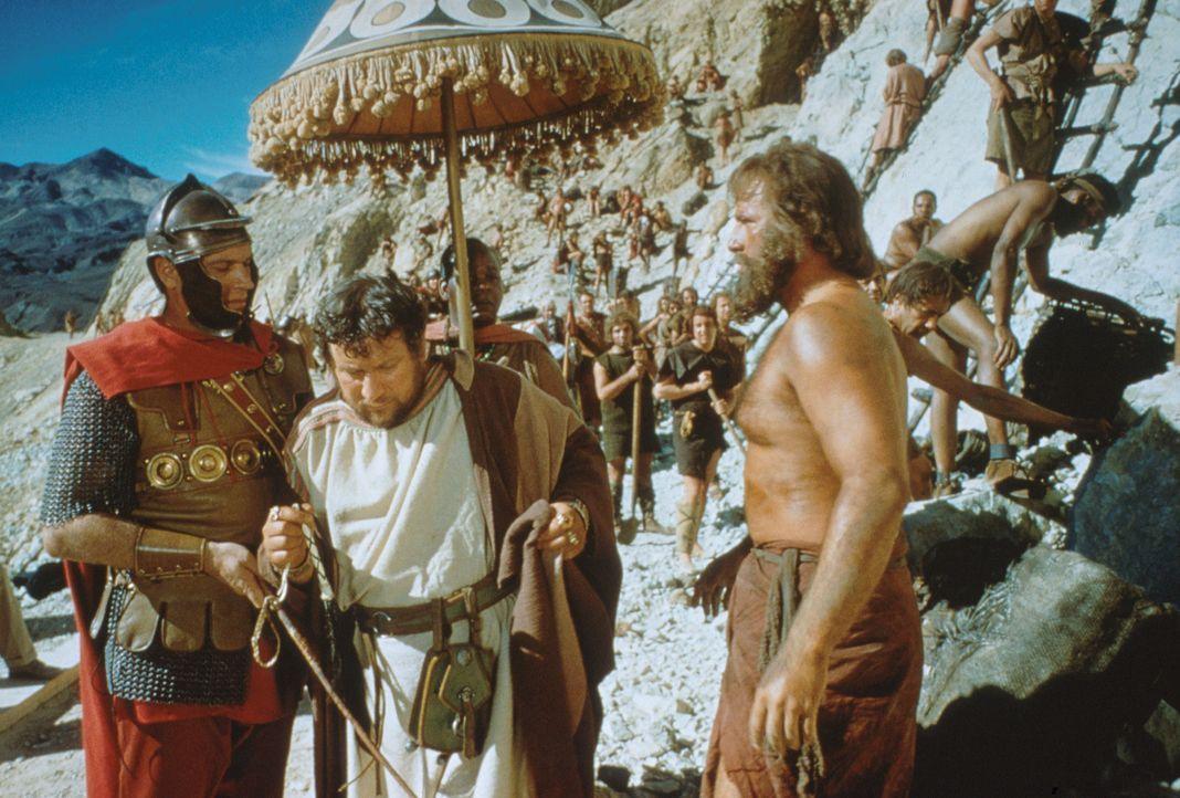 Lentulus Batiatus (Peter Ustinov, 2.v.l.) kauft den Sklaven Spartacus (Kirk Douglas, r.), um ihn später in seiner Gladiatorenschule auszubilden ... - Bildquelle: 1960 Universal Pictures Co., Inc.