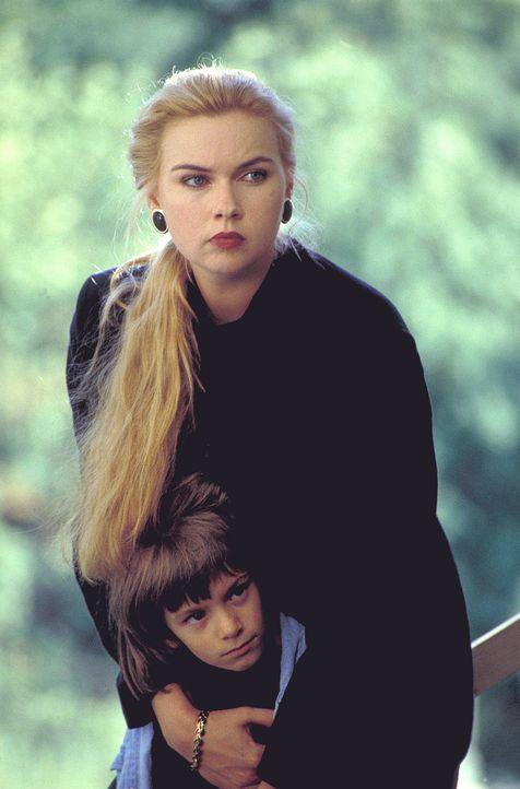 Koste es, was es wolle: Die verwöhnte Fabriktochter Ingrid (Veronica Ferres, hinten) will den kleinen Philipp (Mitja Daniel Krebs, vorne) um jeden P... - Bildquelle: Kaysser ProSieben