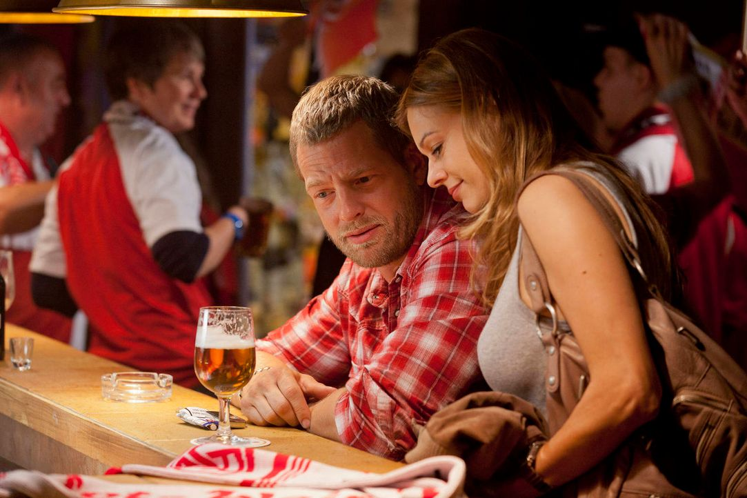 Unternimmt alles, um die Wette mit Mick (Henning Baum, l.) zu gewinnen: Christine (Suzan Anbeh, r.) ... - Bildquelle: Martin Rottenkolber SAT.1