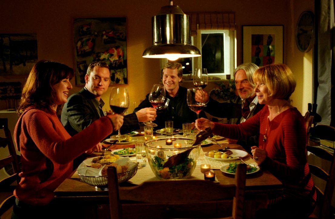 Dank Leos (Henning Baum, M.) kulinarischem Charme wird auch aus Ninas (Elena Uhlig, l.) Essen für Florians (Christian Kahrmann, 2.v.l.) Eltern (Clau... - Bildquelle: Christian A. Rieger Sat.1