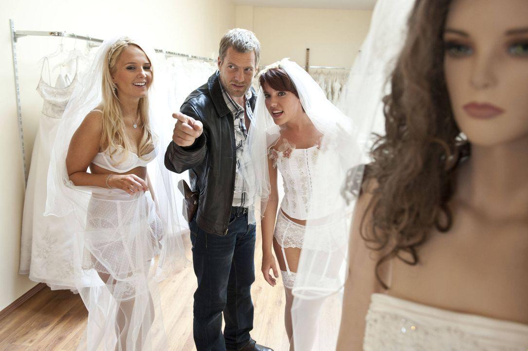 Kann sich mit der Emanzipation der Frau nicht so recht anfreunden: Mick (Henning Baum, M.) ... - Bildquelle: Martin Rottenkolber SAT.1 / Martin Rottenkolber