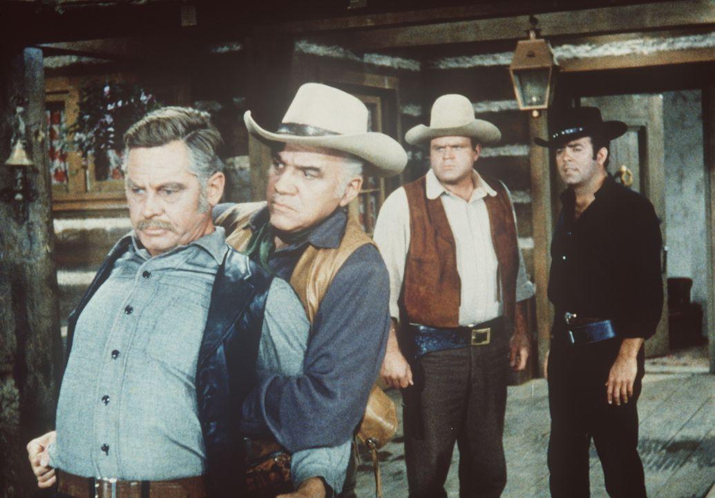 Von Captain White (Frank Overton, l.) erfahren Ben Cartwright (Lorne Greene, 2.v.l.) und dessen Söhne Hoss (Dan Blocker, 2.v.r.) und Adam (Pernell R... - Bildquelle: Paramount Pictures