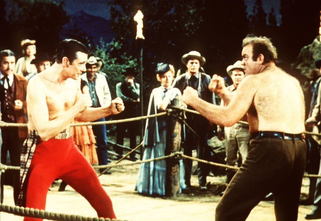"""Um die Ehre seines Freundes J.D. zu retten, tritt Hoss Cartwright (Dan Blocker, r.) mit dem """"Duke"""" (Maxwell Reed, l.) in den Ring. - Bildquelle: Paramount Pictures"""