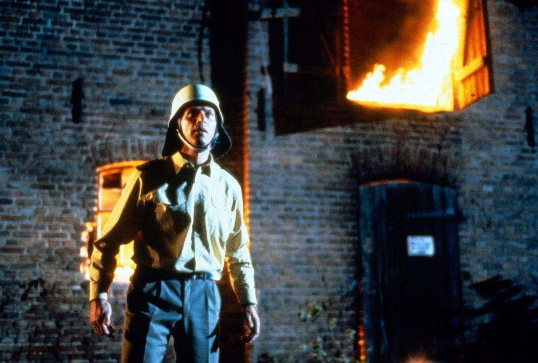 Gerade auf Rügen angekommen, hat Valentin (Wolfgang Fierek) seinen ersten Fall zu lösen - Brandstiftung ... - Bildquelle: Sat.1