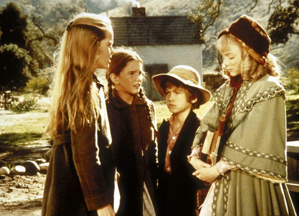 Mary (Melissa Sue Anderson, l.) und Laura (Melissa Gilbert, 2.v.l.) trösten die Oleson-Kinder Nellie (Alison Arngrim, r.) und Willie (Jonathan Gilbe... - Bildquelle: Worldvision