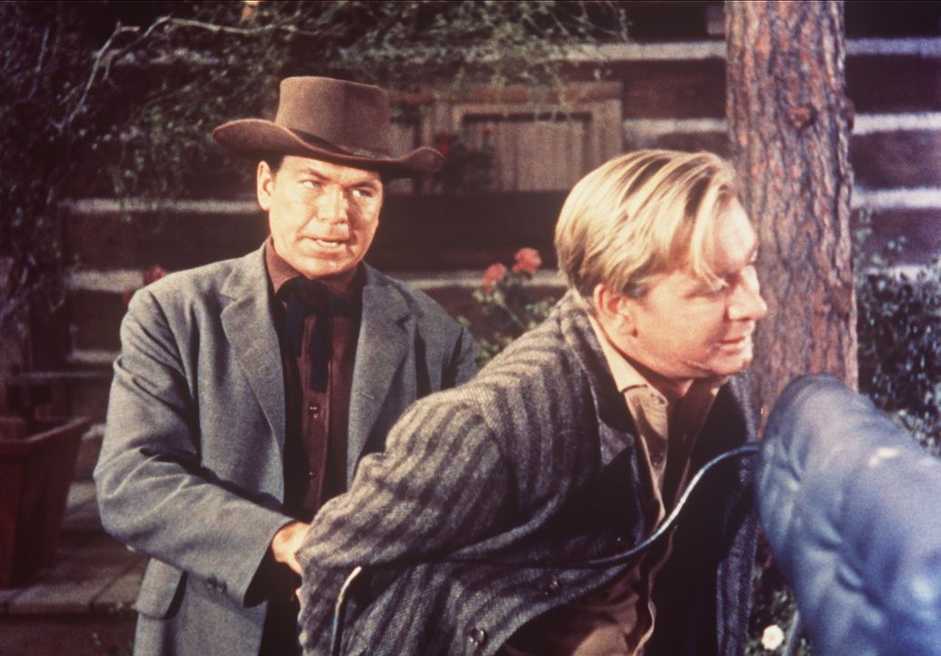 Marshall Dowd (Claude Akins, l.) verhaftet Dave Walker (Wesley Lau, r.), einen geschätzten Arbeiter der Ponderosa. - Bildquelle: Paramount Pictures