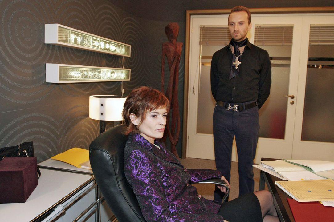 Sophie (Gabrielle Scharnitzky, l.) nimmt mit Genugtuung Hugos (Hubertus Regout, r.) Unterwerfung an. - Bildquelle: Noreen Flynn Sat.1