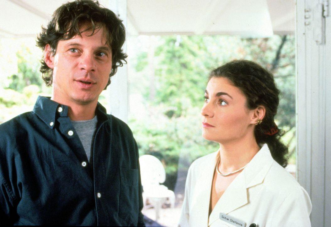 (Foto: SAT.1/Flynn) - Stefanie (Kathrin Waligura, r.) kümmert sich um den aidsinfizierten Tobias Baumann (Jochen Schroeder, l.), der unter der Tren... - Bildquelle: Noreen Flynn Sat.1