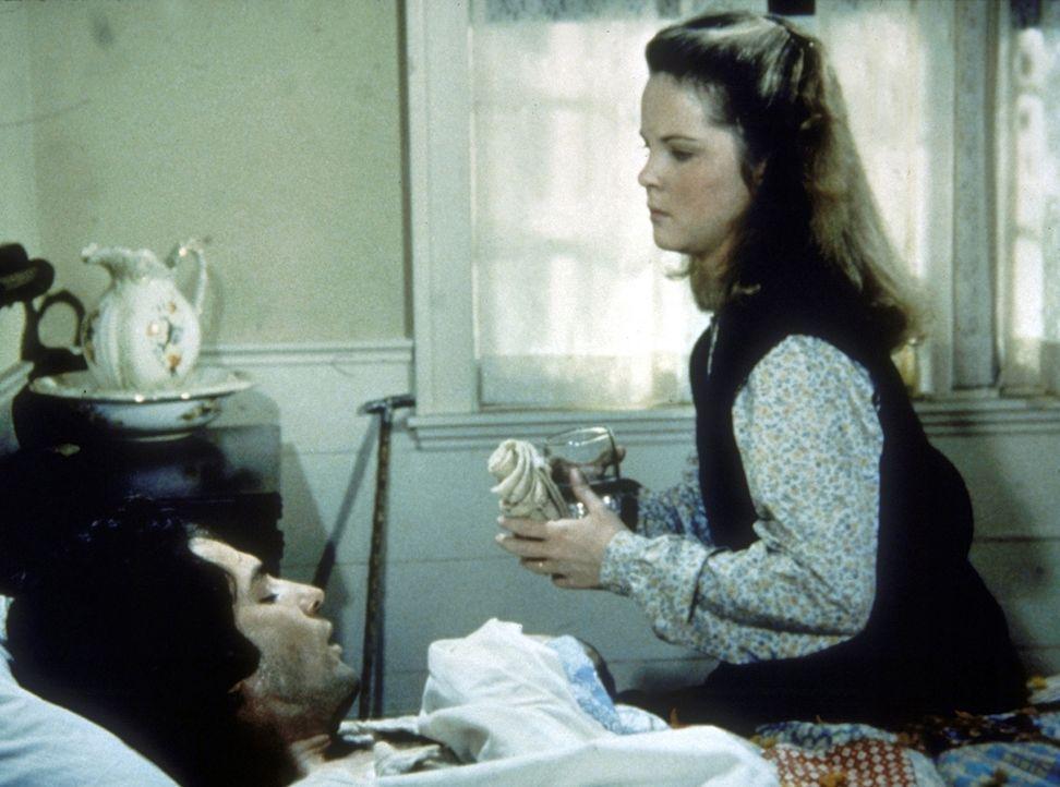 Mary (Melissa Sue Anderson, r.) pflegt ihren kranken Ehemann Adam (Linwood Boomer, l.). - Bildquelle: Worldvision