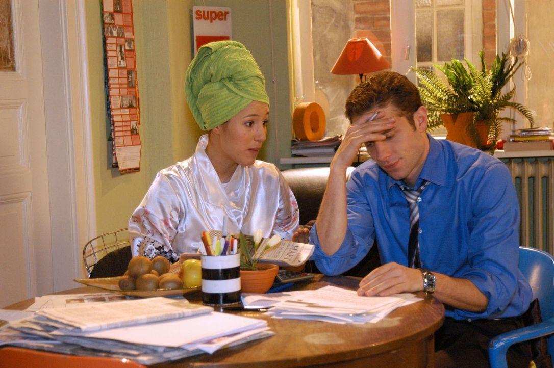 Yvonne (Bärbel Schleker, l.) ist erleichtert, dass Max (Alexander Sternberg, r.) seinen Traum von der Eigentumswohnung scheinbar ad acta gelegt hat. - Bildquelle: Sat.1
