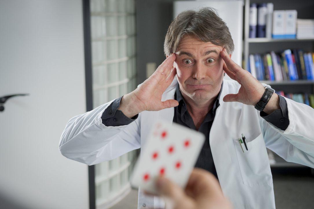 Gerichtsmediziner Meisner (Robert Lohr) findet zufällig heraus, dass das Mordopfer anscheinend in Glücksspielmanipulationen verwickelt war ... - Bildquelle: Martin Rottenkolber SAT.1 / Martin Rottenkolber