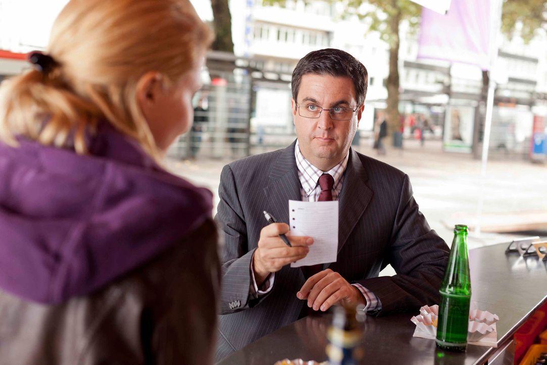 Während sich Danni (Annette Frier, l.) mit ihren Steuerprüfer Herr Schüttke (Batsian Pastewka, r.) rumschlagen muss, wartet Nils mit einer Neuigkeit... - Bildquelle: Frank Dicks SAT.1
