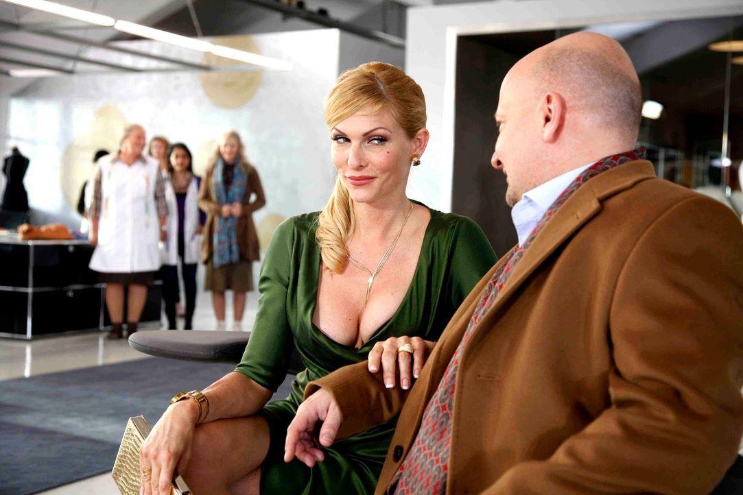 Als ehemalige Stewardesse weiß Frau Kleinschmidt (Sonya Kraus) natürlich ganz genau, wie die Uniformen gestaltet sein müssen, um chic und tragbar zu... - Bildquelle: Dominik Hatt SAT.1