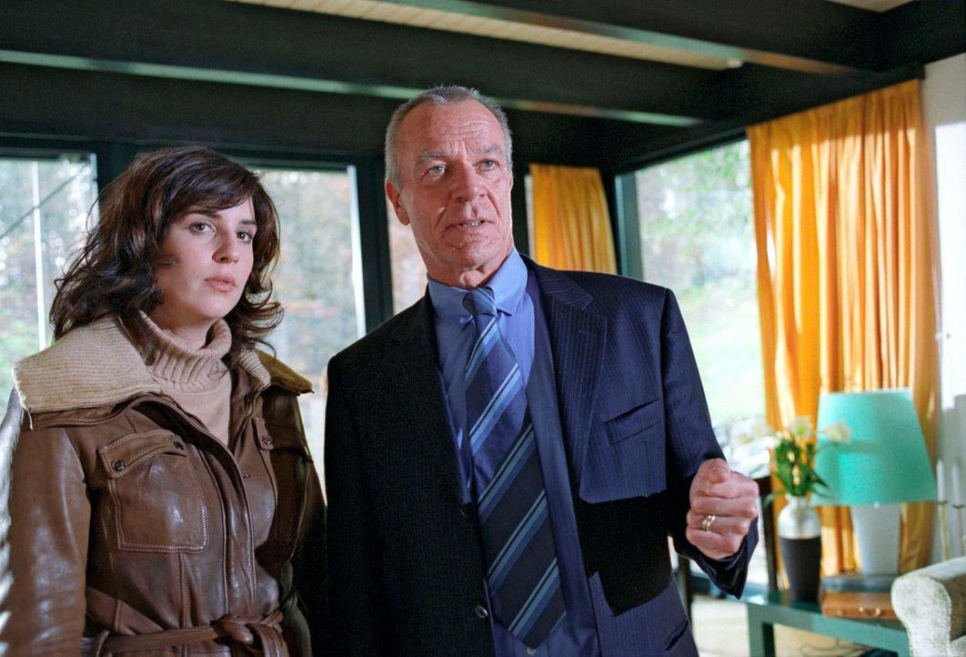Der Fall führt Nina (Elena Uhlig, l.) zum einflussreichen Banker Van Heugen (Dirk Galuba, r.), der von Anna Bender beschützt wurde. - Bildquelle: Christian A. Rieger Sat.1