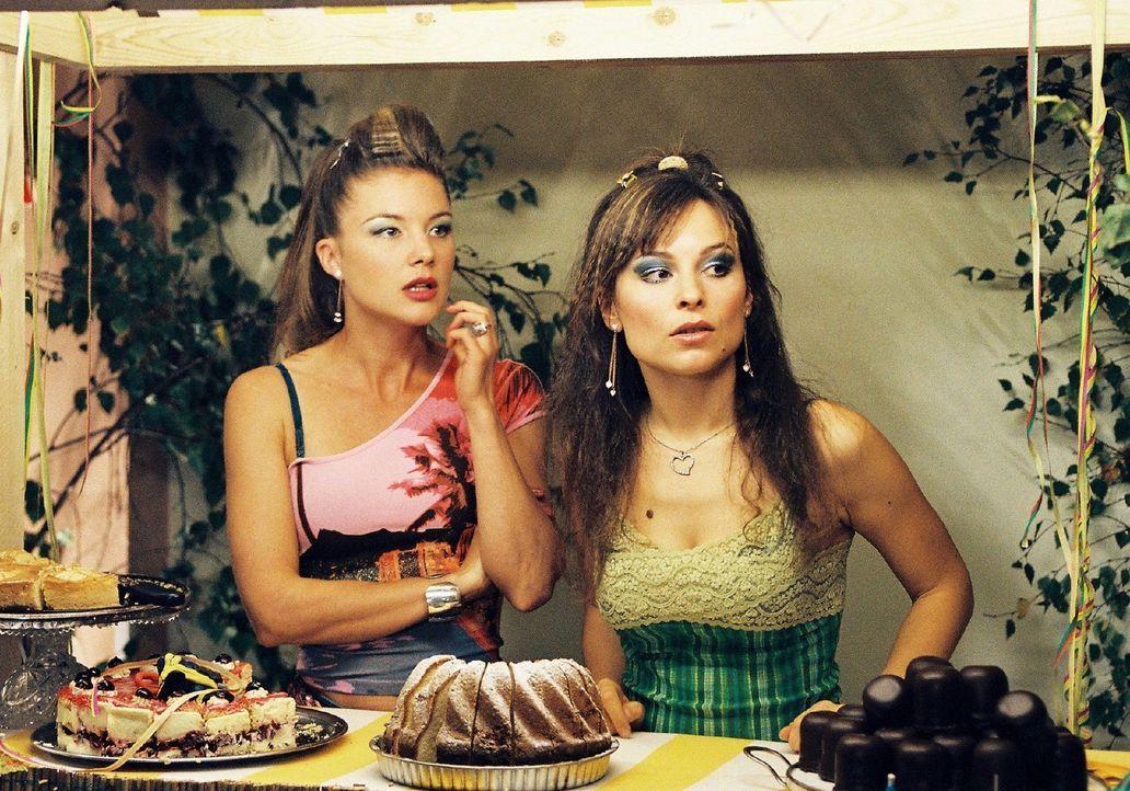 Jessica (Cordelia Wege, l.) und Lilly (Mina Tander, r.) trauen ihren Augen nicht: Auf der Tanzfläche beim Feuerwehrball schmust Lillys Verlobter Ric... - Bildquelle: Stephan Rabold Sat.1
