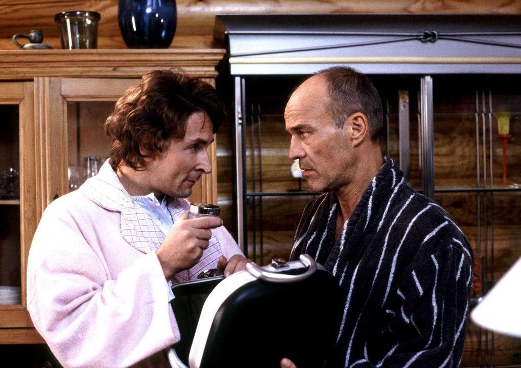 Als sich Toni (Heiner Lauterbach, r.) im Suff überreden lässt, aus Ferdinand (Mark Keller, l.) einen echten Kerl zu machen, ahnt er nicht, dass dies... - Bildquelle: ProSieben ProSieben