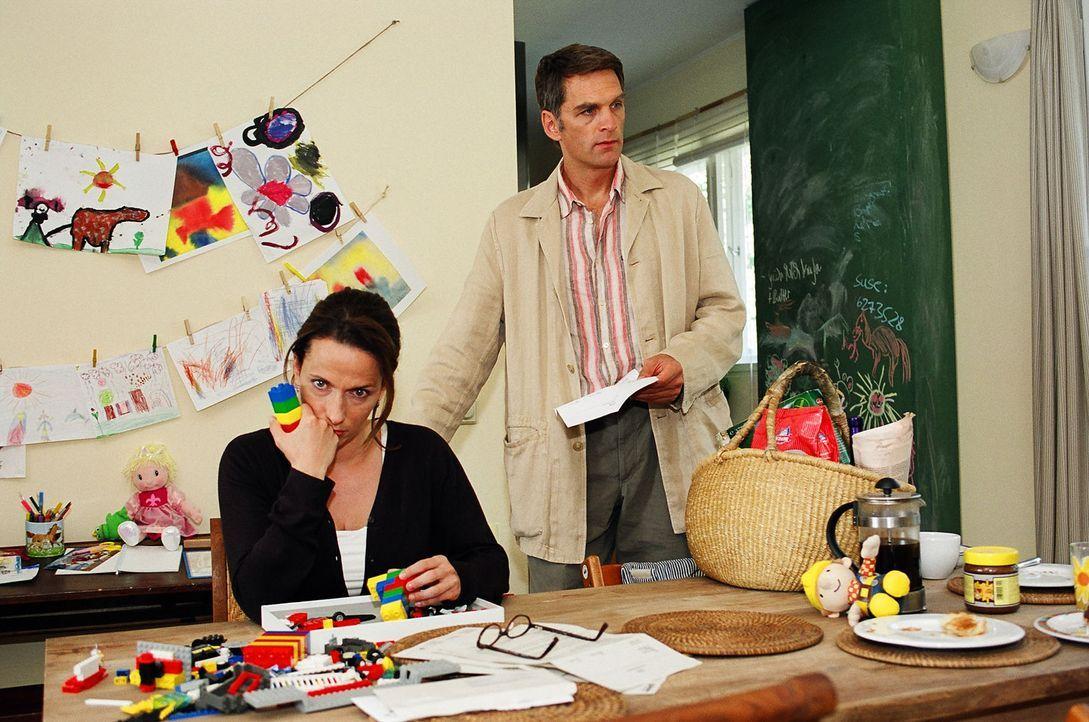 Plötzlich stehen die Eltern Ines (Claudia Michelsen, l.) und Stefan Herrlich (Walter Sittler, r.) vor einem riesigen Problem: Der Kindergarten, in d... - Bildquelle: Gordon Mühle Sat.1