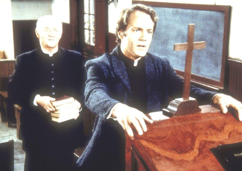 Reverend Hale (David Huffman, vorne) gratuliert Reverend Alden (Dabbs Greer) zu seiner Gemeinde. - Bildquelle: Worldvision