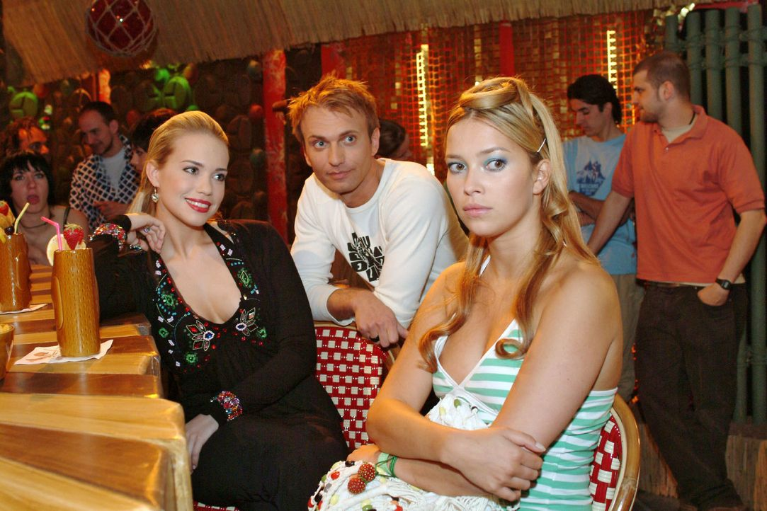 Kim (Lara-Isabelle Rentinck, l.) und Hannah (Laura Osswald, r.) wollen sich durch Marc (Jean-Marc Birkholz, M.) ihren Spaß nicht verderben lassen. - Bildquelle: Monika Schürle Sat.1