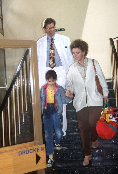 Gegen den Einspruch von Dr. Lüders (Ralf Lindermann, M.) holt Frau Westermann (Mariele Millowitsch, r.) ihre kranke Tochter Nicole (Silan Mak, l.) a... - Bildquelle: Janis Jatagandzidis Sat.1
