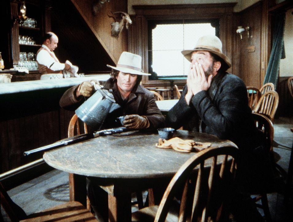 Gespannt warten Charles (Michael Landon, vorne l.) und Mr. Edwards (Victor French, r.) auf das Eintreffen der Gangster. - Bildquelle: Worldvision