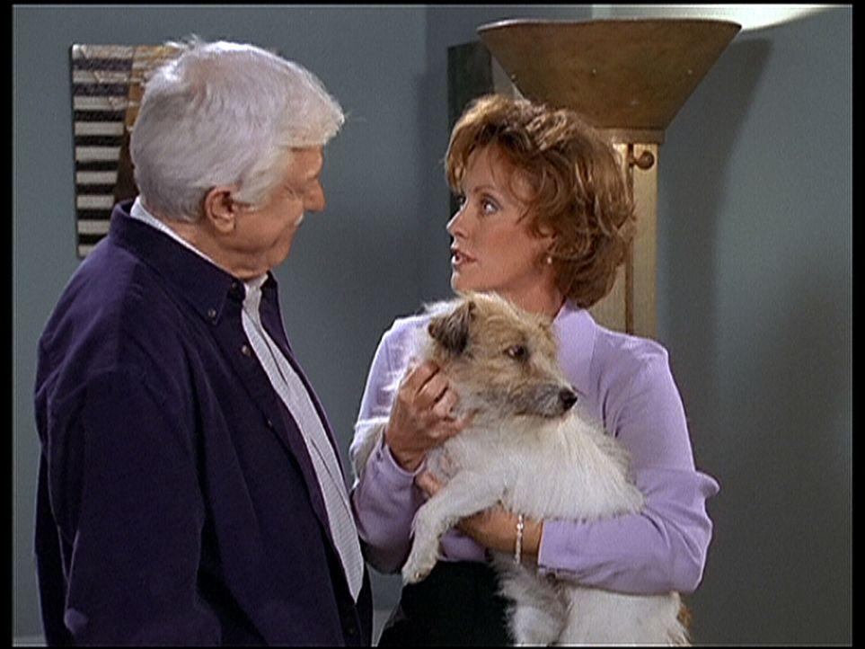 Mark (Dick Van Dyke, l.) sucht Mrs. Drew (Kim Lankford, r.) auf, in deren Haus ein Toter aufgefunden wurde. - Bildquelle: Viacom
