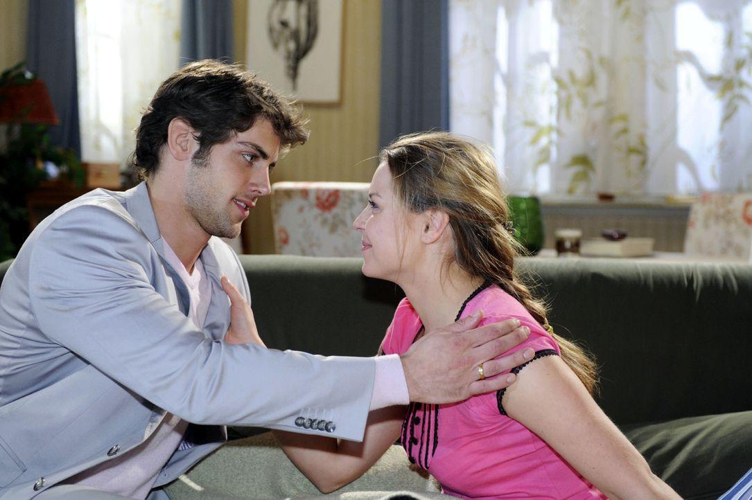 Katja (Karolina Lodyga, r.) ist erleichtert, als Jonas (Roy Peter Link, l.) sich für seine Reaktion entschuldigt - und als Zeichen seiner Verantwort... - Bildquelle: Oliver Ziebe Sat.1