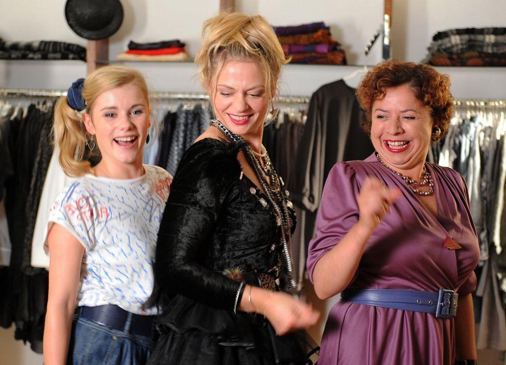 Haben ziemlich viel Spaß miteinander: Ines (Susanna Simon, M.), die junge Ines (Anna Hausburg, l.) und Nachbarin Karla König (Franziska Traub, r.) .... - Bildquelle: Julia Terjung SAT.1