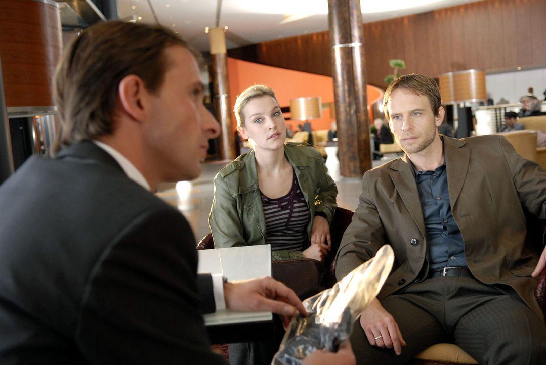 Philip (Julian Weigend, r.) und Marie (Jana Klinge, M.) befragen den Empfangschef des Hotels, Gunnar Lauschke (Nicolas König, l.). Der behauptet, di... - Bildquelle: Christoph Assmann Sat.1