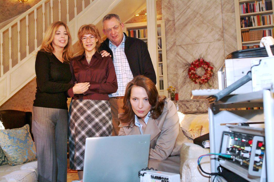 Lisa und die Seidels sind erleichtert, ein Lebenszeichen von David erhalten zu haben. v.l.n.r.: Laura (Olivia Pascal), Lisa (Alexandra Neldel), Frie... - Bildquelle: Monika Schürle Sat.1