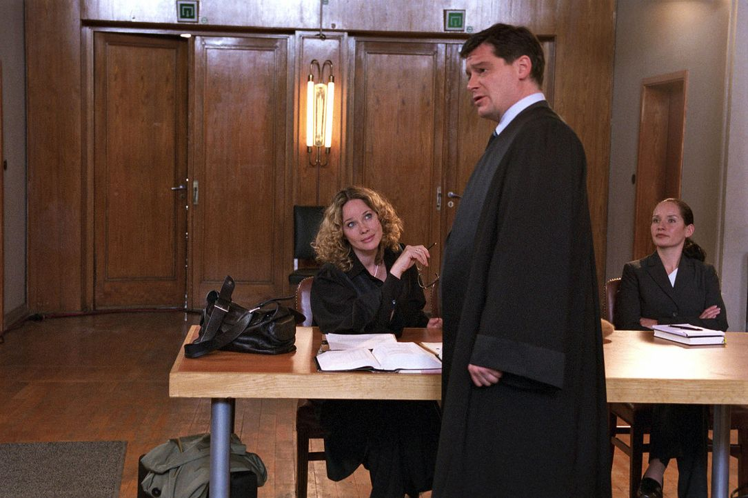 Vor Gericht liefern sich die beiden Anwälte Herbert Windscheid (Fritz Karl, M.) und Sabina Brenner (Ann-Kathrin Kramer, l.) immer wieder geschliffen... - Bildquelle: Susan Skelton Sat.1