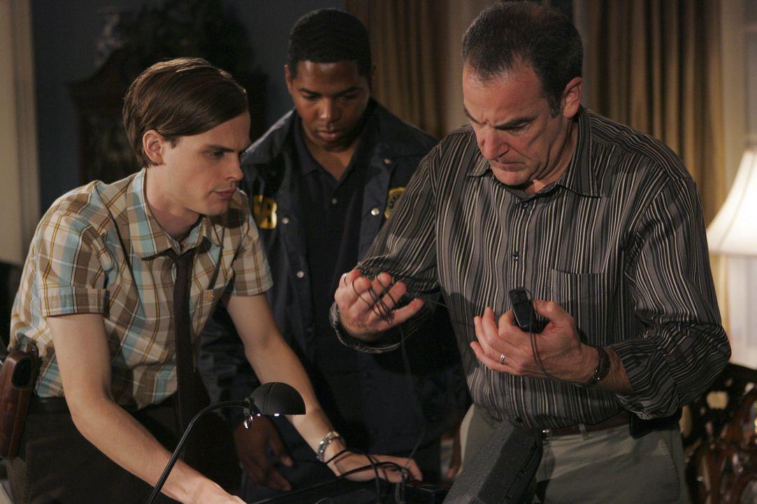 Special Agent Jason Gideon (Mandy Patinkin, r.) und Dr. Spencer Reid (Matthew Gray Gubler, l.) werden zum Staatsanwalt von Davenport gerufen, da des... - Bildquelle: Cliff Lipson 2005 CBS BROADCASTING INC. All Rights Reserved.