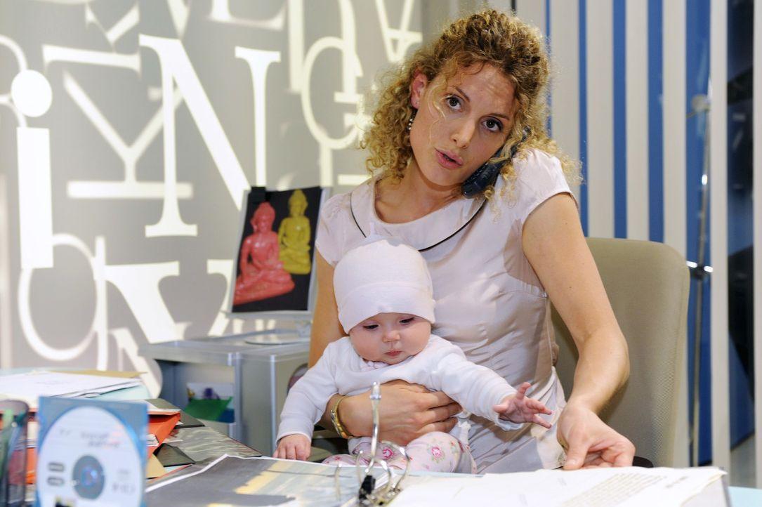 Maja (Barbara Lanz, r.) versucht, Job und Baby (Marlene Thiele, l.) gleichzeitig zu managen - was nicht so einfach ist ... - Bildquelle: Oliver Ziebe Sat.1