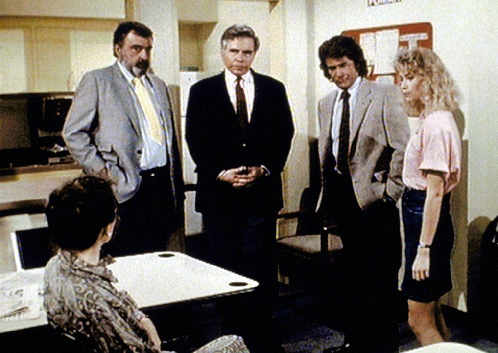 Mark (Victor French, 2.v.l.) und Jonathan (Michael Landon, 2.v.r.) stellen den Lehrern der Highschool ihre Undercoveragentin Denise vor. - Bildquelle: Paramount Pictures