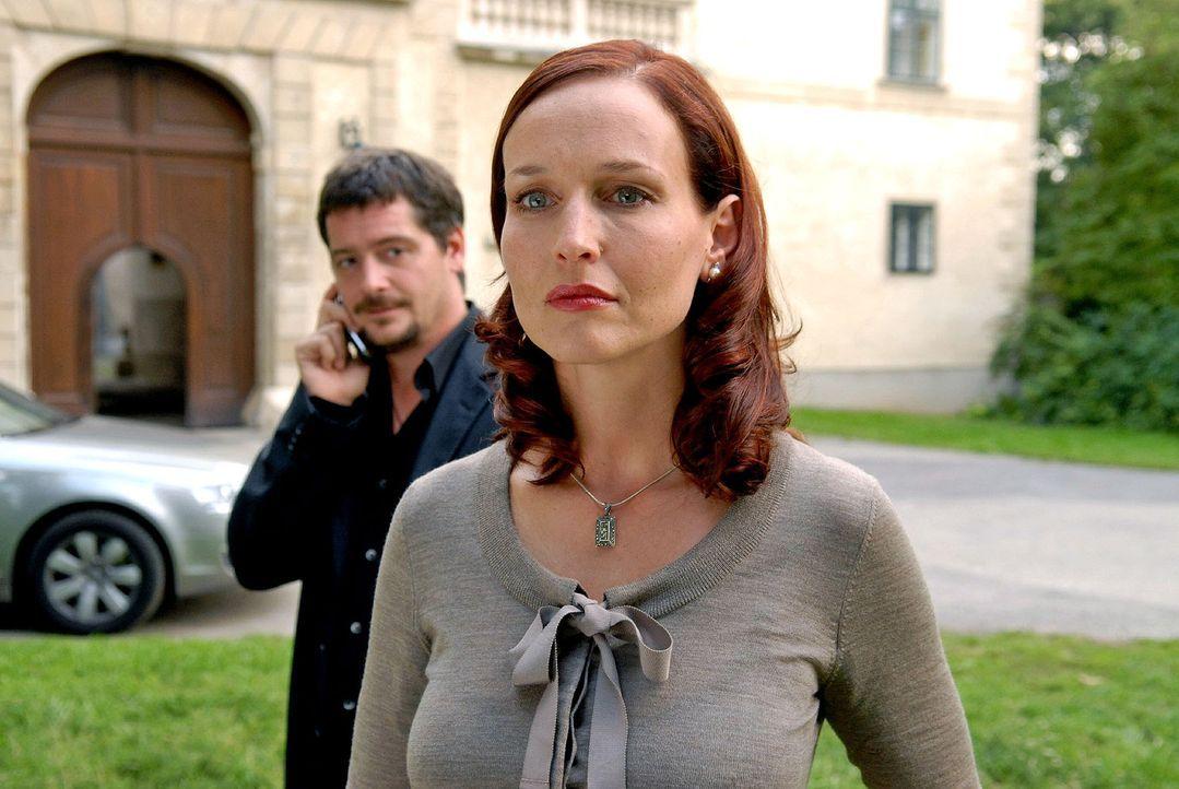 Kommissar Keller (Fritz Karl, l.) will von Juliane (Beate Maes, r.) wissen, wo ihr Mann sich befindet. Doch Juliane glaubt nicht daran, dass Sebasti... - Bildquelle: Petro Domenigg Sat.1