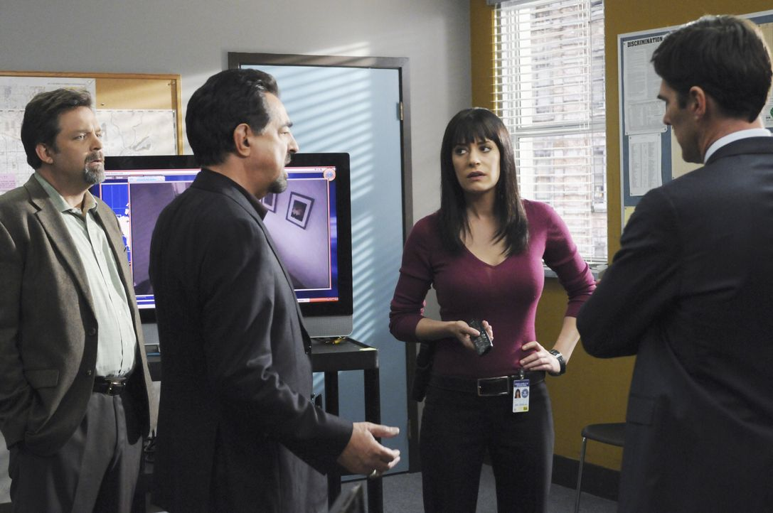 Werden mit  einem neuen Fall vertraut gemacht: Detective John Fordham (Jonathan Goldstein, l.), Gibbs (Thomas Gibson, r.), Rossi (Joe Mantegna, 2.v.... - Bildquelle: Sonja Flemming 2010 American Broadcasting Companies, Inc. All rights reserved. / Sonja Flemming