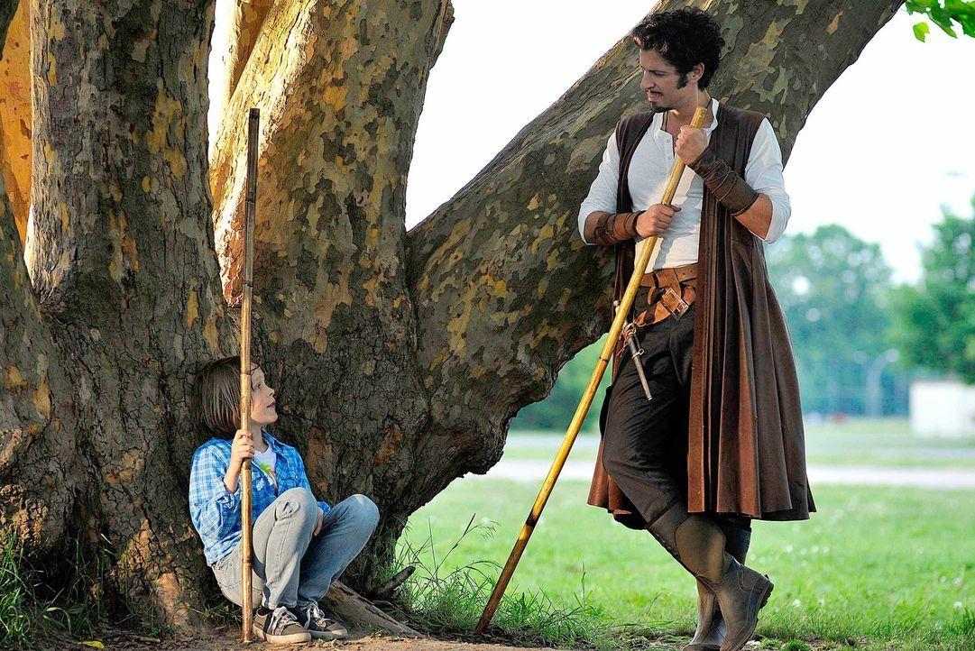 Dank Robin Hood (Pasquale Aleardi, r.) lernt der kleine Lukas (Finn Fiebig, l.), wie man sich zur Wehr setzt. Schon bald gelingt es dem Jungen, sich... - Bildquelle: Oliver Feist SAt.1