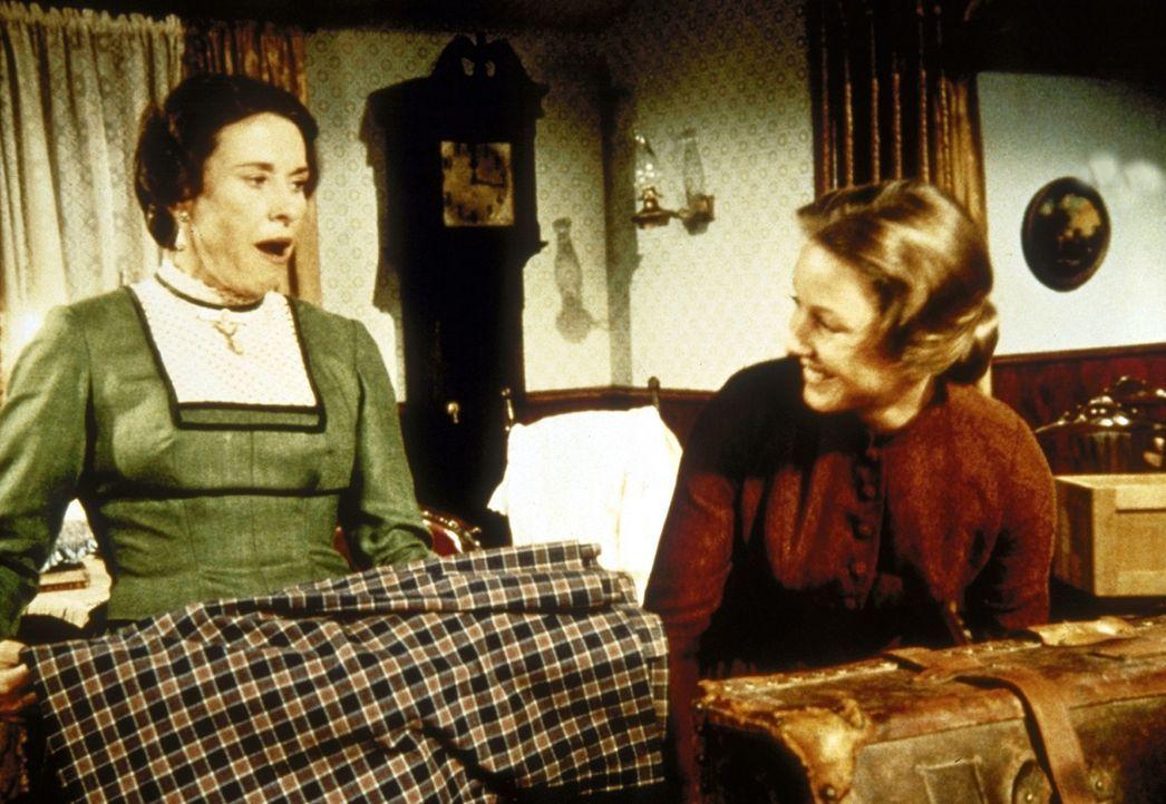 Caroline (Karen Grassle, r.) nimmt Mrs. Oleson (Katherine MacGregor, l.) bei sich daheim auf. - Bildquelle: Worldvision