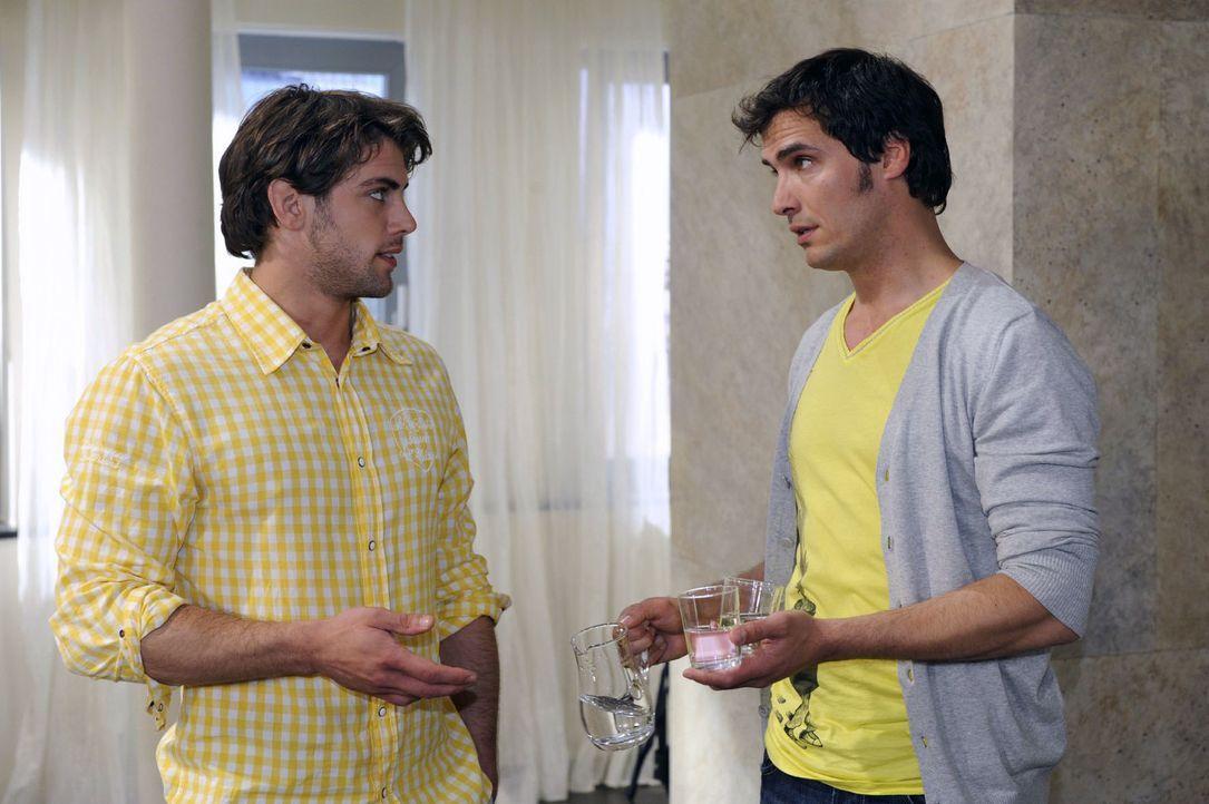 Jonas (Roy Peter Link, l.) gibt gegenüber Alexander (Paul T. Grasshoff, r.) zu, dass ihn Katjas Wesensveränderung nachdenklich macht. - Bildquelle: Oliver Ziebe Sat.1